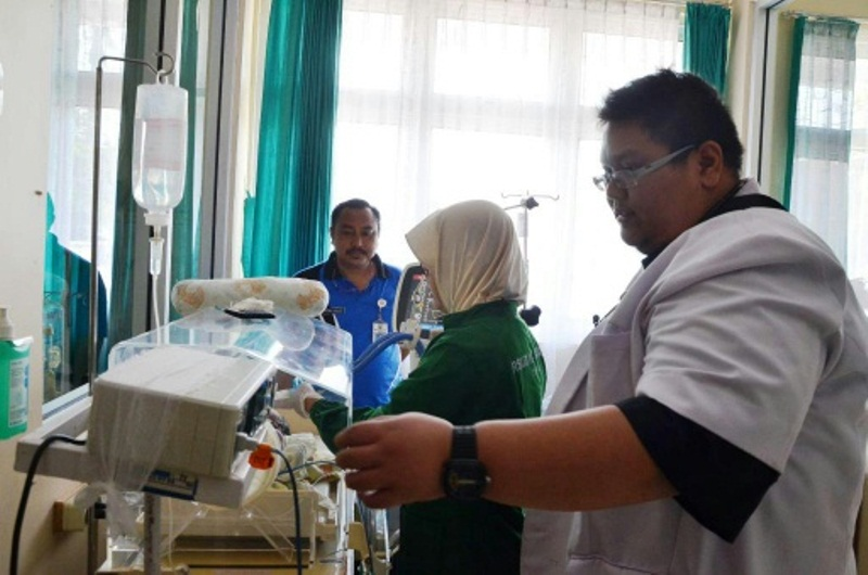 Dr. Riza.SPA melakukan pengecekan inkubator di ruang bayi di RSUD Batang