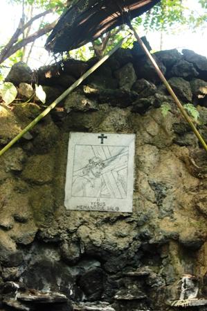 Wisata Gua Maria Cisantana Kuningan - Jalan Salib