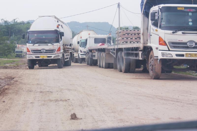 Jalan Betonisasi TPPAS Lulut - Nambo dipenuhi mobil angkutan berat milik PT Indoncement