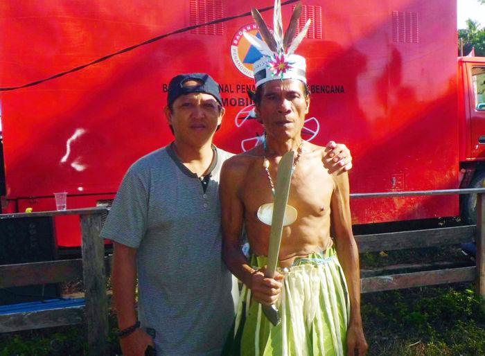 Berposes dengan salah satu Kepala Suku Pulau Enggano