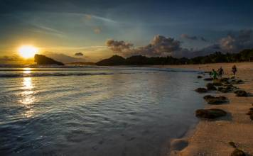 Pantai Watu Karung Pacitan - berpasir puih mirip pantai Kuta Bali