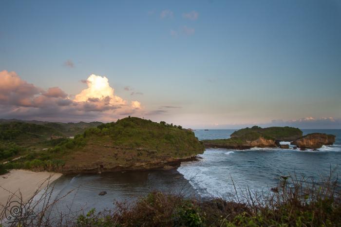 Pantai Watu Karung Pacitan - berpasir puih mirip pantai Kuta Bali 2