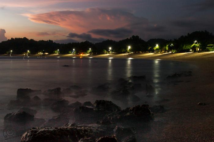 Pantai Watu Karung Pacitan - berpasir puih mirip pantai Kuta Bali hotel-hotel