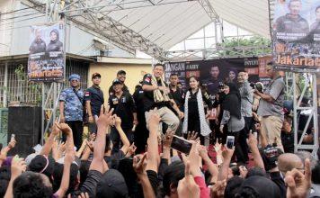 Calon gubernur DKI Agus Yudhoyono bersama istrinya Annisa Pohan bergerilya lapangan ke wilayah Duri Pulo, Jakarta Pusat, Selasa. (24/1), Tirto.id/arief rachman