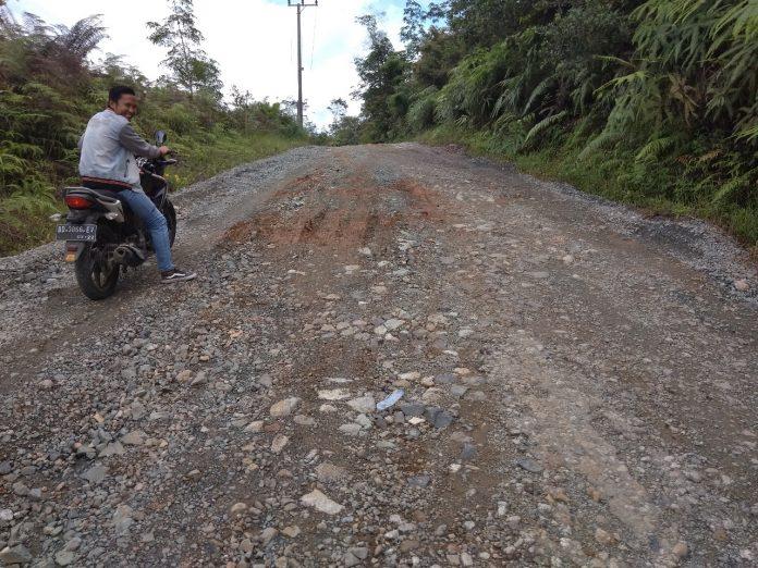 Jalan di Desa Ketenong Kecamatan Pinang Belapis