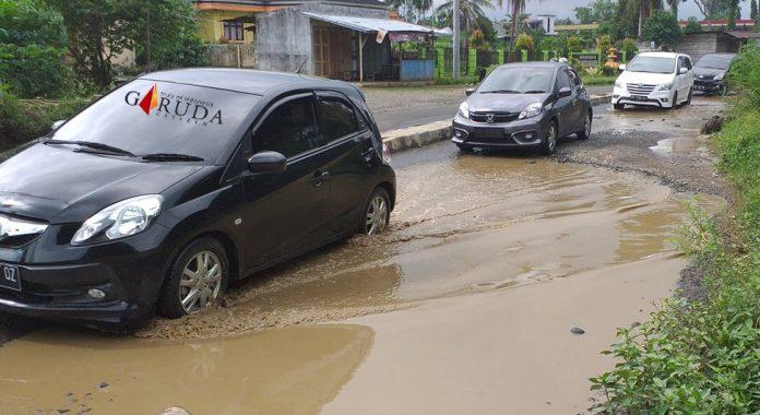 Ruas Jalan Arah Gunung Selan Banyak Berlubang & Digenangi Air