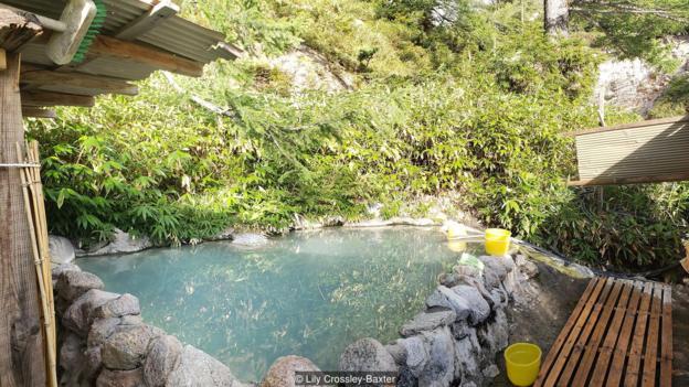 Berjarak beberapa mil dari peradaban, dikelilingi oleh pohon-pohon alpine dan serenaded oleh air deras, Takamagahara adalah puncak dari pengalaman rotenburo (Kredit: Lily Crossley-Baxter)