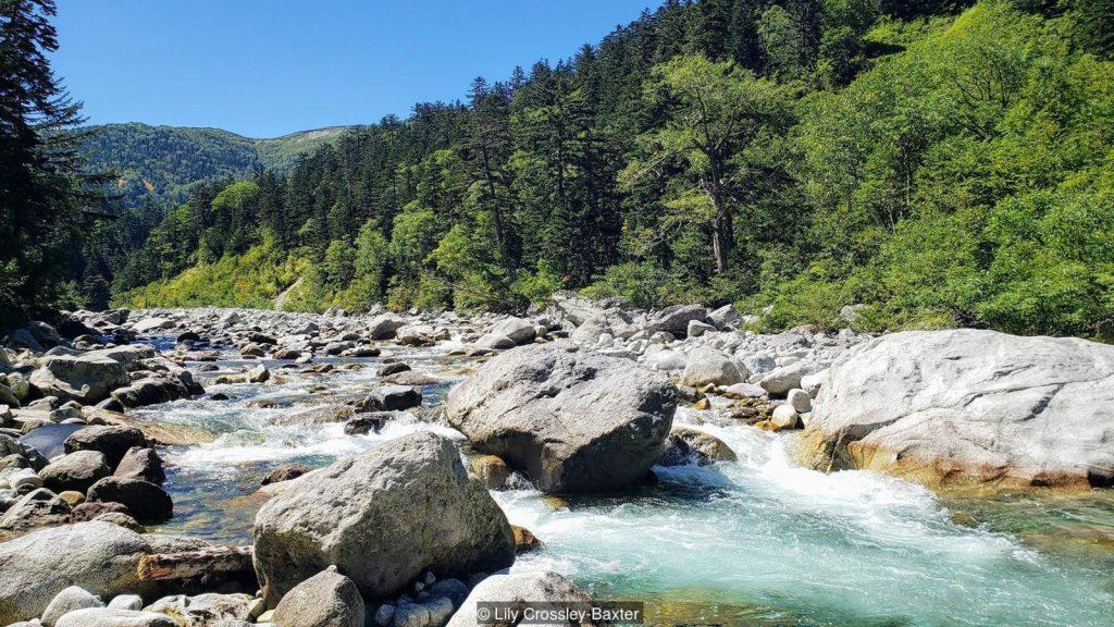 Terletak di samping Sungai Kurobe jauh di pegunungan Alpen Jepang, onsen paling terpencil di Jepang membutuhkan waktu dua hari untuk mencapai (Kredit: Lily Crossley-Baxter)