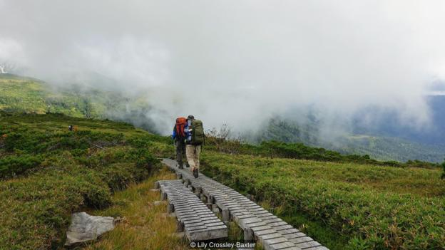 Untuk berendam di perairan restoratif Takamagahara, pejalan kaki harus menempuh perjalanan 40 km melalui hutan, sepanjang sungai dan melalui dataran tinggi (Kredit: Lily Crossley-Baxter)
