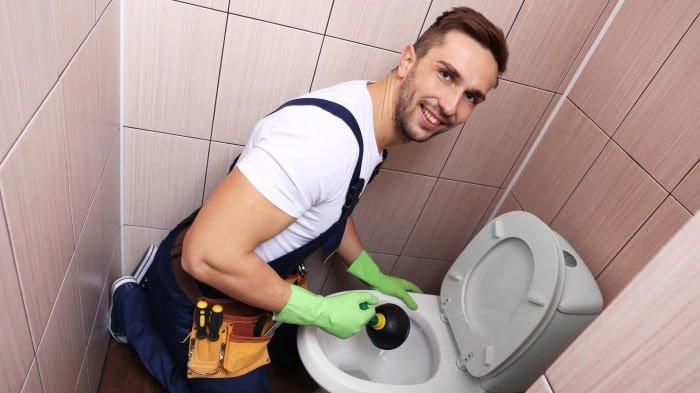 Simak 11 Penyebab Mengapa Toilet Tersumbat